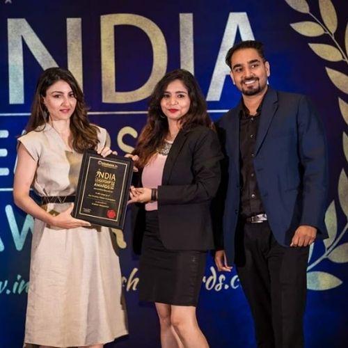 Aastha Jha  recieving India Leadership Awards from Soha Ali Khan